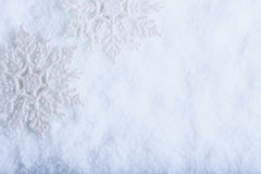 Zwei schöne funkelnde Weinleseschneeflocken auf einem Reifschneehintergrund Winter- und Weihnachtskonzept Stockbilder