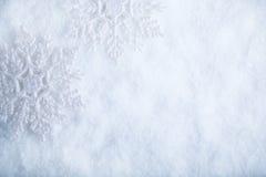 Zwei schöne funkelnde Weinleseschneeflocken auf einem Reifschneehintergrund Winter- und Weihnachtskonzept Stockfotografie