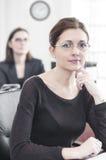 Zwei schöne Geschäftsfrauen lizenzfreie stockbilder
