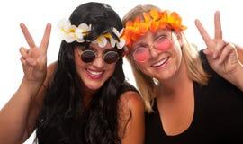 Zwei schöne Hippie-Mädchen mit Friedenszeichen Stockfoto
