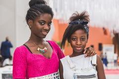 Zwei schöne junge afrikanische Mädchen, die an Ausstellung 2015 aufwerfen, in Mailand, Stockbild