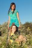 Zwei schöne junge Frauen in blühender Wiese Stockbild