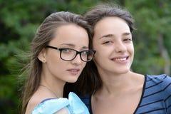 Zwei schöne junge Frauen draußen Lizenzfreie Stockbilder