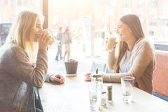 Zwei schöne junge Frauen in einem Café lizenzfreie stockfotografie