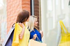Zwei schöne junge Frauen mit Einkaufenbeuteln Lizenzfreie Stockfotografie