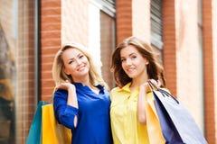 Zwei schöne junge Frauen mit Einkaufenbeuteln Lizenzfreies Stockbild