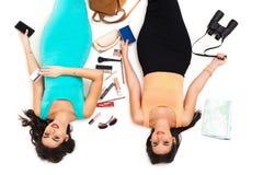Zwei schöne junge Mädchen auf einer gehenden Reise des weißen Hintergrundes Lizenzfreies Stockfoto