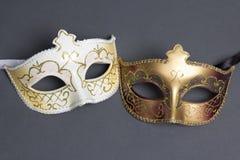 Zwei schöne Karnevalsmasken auf Grau Stockfotografie