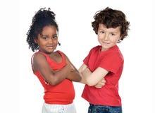 Zwei schöne Kinder der verschiedenen Rennen Lizenzfreie Stockfotografie