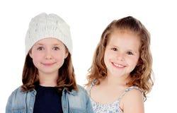 Zwei schöne Kindermädchen mit Winter- und Sommerkleidung Stockbilder