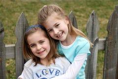 Zwei schöne kleine blonde Mädchen Stockfotos