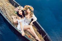 Zwei schöne Mädchen im Boot Lizenzfreie Stockfotos