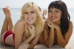 Zwei schöne Mädchen am Strand in Hawaii Stockbild