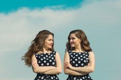 Zwei schöne Mädchenschwestern lizenzfreies stockfoto