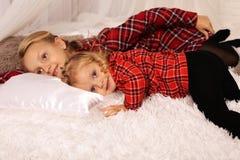 Zwei schöne Mädchenschwestern mit dem blonden Haar Lizenzfreie Stockbilder