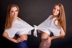 Zwei schöne Mädchenzwillinge, auf Schwarzem Stockbilder