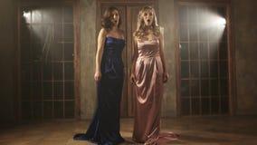 Zwei schöne Opernsänger in den langen Kleidern lizenzfreies stockbild