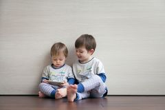 Zwei schöne schauende Jungen passen eine Karikatur auf stockfoto