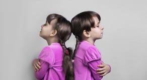 Zwei schöne Schwesterzwillinge der kleinen Mädchen Lizenzfreies Stockbild