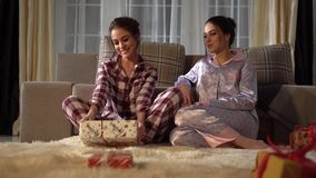 Zwei schöne Schwesterzwillinge, die Weihnachts- oder des neuen Jahresgeschenke austauschen Verhältnis-Schwestern stock video