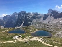 Zwei schöne Seen nahe durch große Felsen - Tre Cime stockbilder