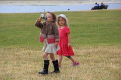 Zwei schöne stilvolle kleine Mädchen gehen in den des StJamess Park lizenzfreies stockfoto
