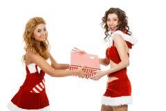 Zwei schöne Weihnachtsmädchen lokalisierten den weißen Hintergrund, der Geschenke hält Stockbild