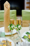 Zwei schönes Glas mit Champagner an der Hochzeitstafel Stockfoto