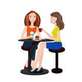 Zwei Schönheiten, die in einem Café und in einer Unterhaltung sitzen Lizenzfreie Stockfotos