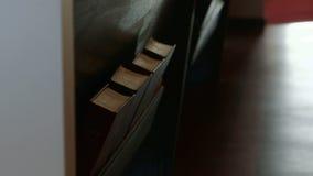 Zwei Schüsse, die entlang Bibeln in der Kirchenbank verschieben stock footage