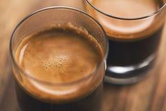Zwei Schüsse Espresso auf hölzerner Tabelle lizenzfreies stockbild
