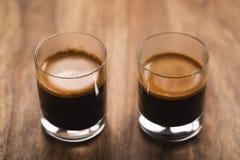 Zwei Schüsse Espresso auf hölzerner Tabelle stockfoto