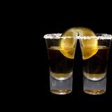 Zwei Schüsse Tequila mit Kalk und Salz stockbild
