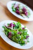 Zwei Schüsseln köstlich frischer Salat Stockfotografie