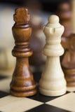 Zwei Schachfigürchen - Königin und König - auf Schachbrett Lizenzfreies Stockfoto