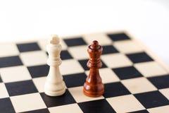 Zwei Schachstücke auf dem Schachvorstand. stockfotografie