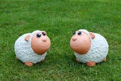 Zwei Schafe, die an einander lächeln Stockfoto
