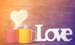 Zwei Schalen, abstraktes Herz und Wort Liebe Stockbilder