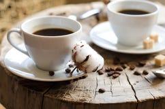Zwei Schalen alte hölzerne Stumpf des Kaffees Lizenzfreie Stockfotos