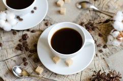 Zwei Schalen alte hölzerne Stumpf des Kaffees Stockfotos