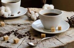 Zwei Schalen alte hölzerne Stumpf des Kaffees Lizenzfreie Stockfotografie