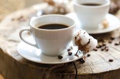 Zwei Schalen alte hölzerne Stumpf des Kaffees Lizenzfreie Stockbilder