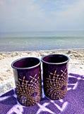 Zwei Schalen auf einer Decke auf dem Strand stockfoto