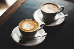 Zwei Schalen Cappuccino auf schwarzer Tabelle Lizenzfreie Stockfotos