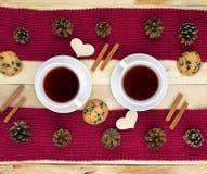 Zwei Schalen des Heißgetränks Tee Kaffee Zeit für Kommunikation Stockfotos