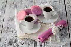 Zwei Schalen Espresso mit Makronen auf rustikaler Tabelle Stockfotografie