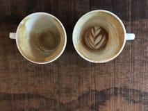 Zwei Schalen fertiger heißer Lattekaffee mit übrig gebliebener Lattekunst Lizenzfreies Stockbild