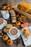 Zwei Schalen frischer heißer Kakao oder heiße Schokolade mit Muffins, Saft Stockfoto