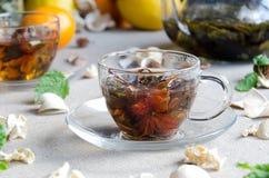 Zwei Schalen Glas des grünen Tees stockbilder
