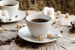 Zwei Schalen hölzerne Stumpf des Kaffees stockbilder